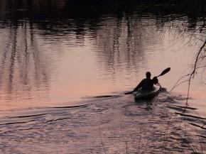 Baidarė upėje prietemoje